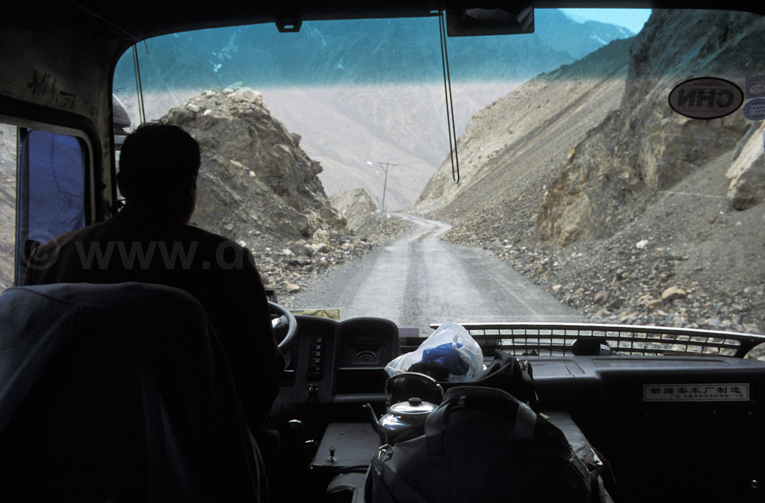 Pakistan - Karakoram Highway - La KKH depuis l'intérieur du bus - Photo de Dominique David
